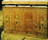 Боковая сторона саркофага фараона Аменхотепа II.